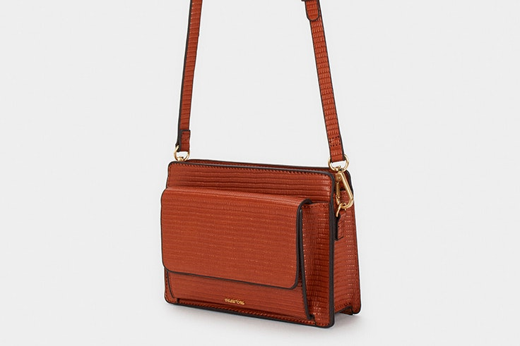 Bolso bandolera en color marrón con textura de Parfois nueva colección accesorios de otoño