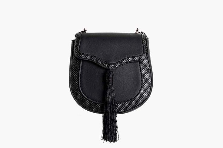Bolso negro tipo bandolera con detalle de flecos de Paco Martínez