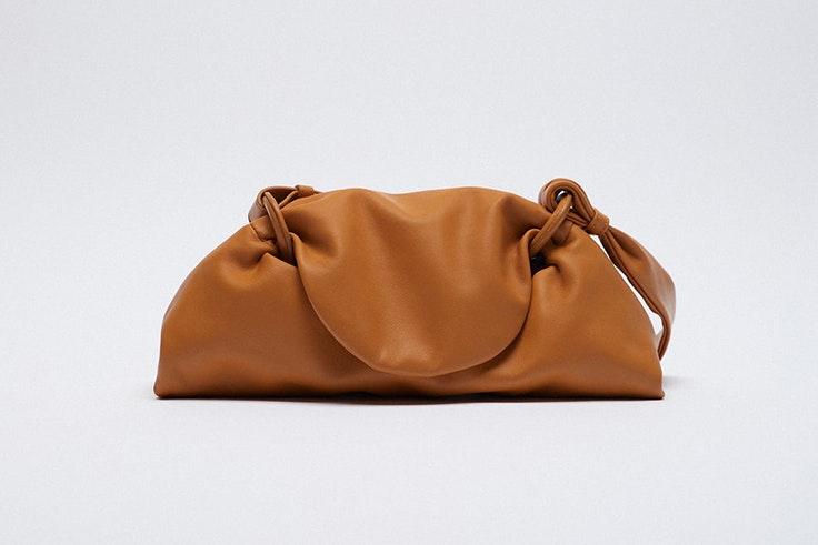 Bolso marrón tipo saco de Zara