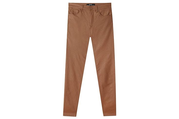 Pantalón marrón efecto piel de Stradivarius