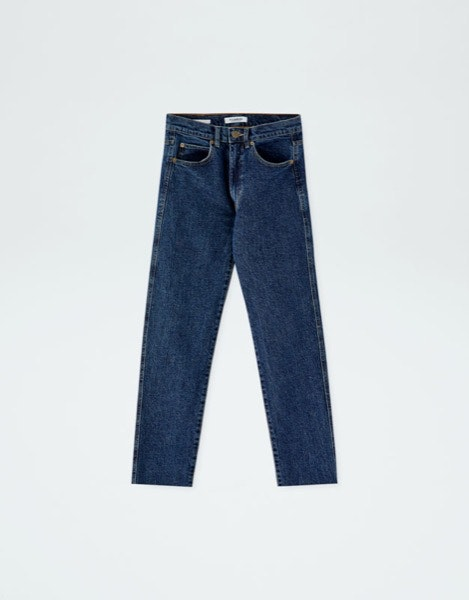 Ancas largas | Os modelos de cintura subida que são justos nas ancas são a melhor opção. | Pull&Bear, 19,99€