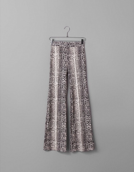 Calças Bershka, 19,99€   Faça-as brilhar combinando-as com uns saltos altos simples e elegantes.