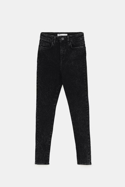 Plus-size | Tons escuros, cinturas subidas e ganga elástica alongam a afunilam a silhueta. | Zara, 25,95€