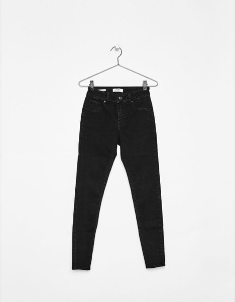 Rabo grande | Os modelos de cinturas média ou baixa, os boyfriend jeans e as gangas com elasticidade vão ajudar a reduzir o volume. | Bershka, 19,99€