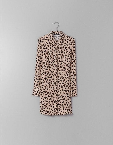 Vestido Bershka, 22,99€   Com um casaco de cabedal pelos ombros e uns botins rasos em bico.