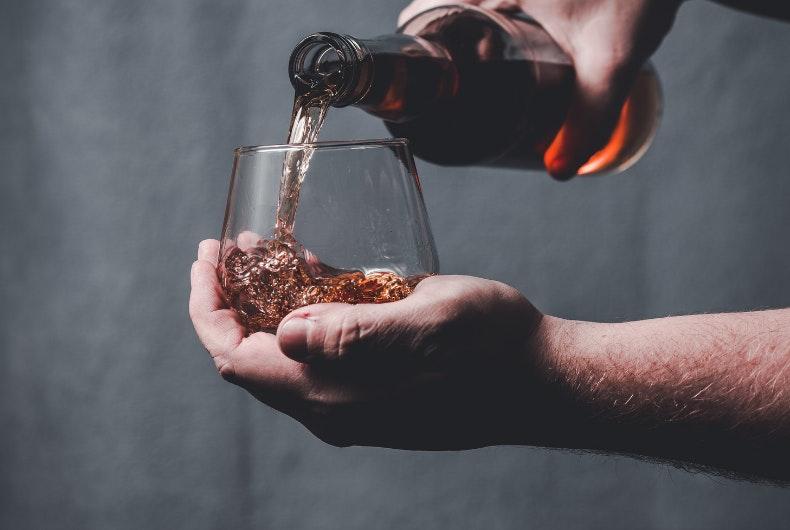 brownie acompañado de un brandy de Jerez