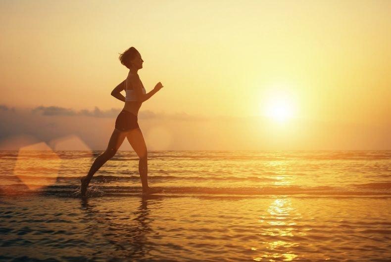 Rutina de ejercicios sencillos para practicar en la playa