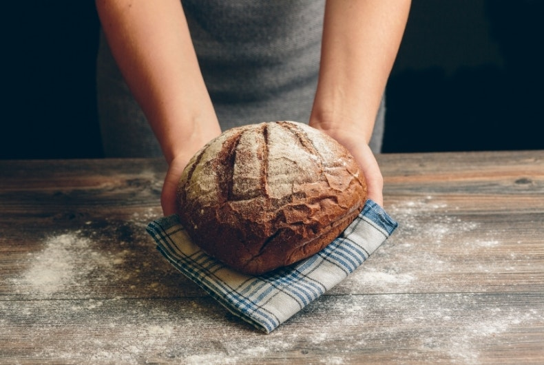 Siempre que nos ponemos a dieta, el pan es una de las primeras cosas que nos quitamos. Pero esto era antes, cuando los hidratos eran los auténticos enemigos. Hoy en día todo nutricionista afirma que los hidratos son necesarios y deben de estar presentes en una dieta equilibrada. Los carbohidratos son la gasolina del cuerpo, los que le dan vida. Por eso, en este post te demostramos que el pan no engorda, que lo puedes comer y que sabiendo cómo comerlo lo debes incluir en tu dieta diaria. ¡Toma nota!