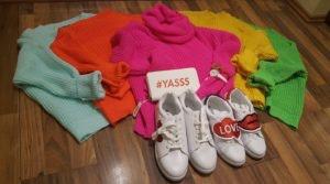 Pullover in bunten Trendfarben bei Collosseum im ALEXA Berlin